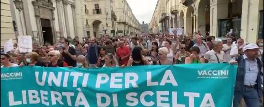"""L'Italia in Piazza: tu che dici di combattere anche per la mia """"libertà"""" …chi sei? Non ti accorgi dei fascisti che hai intorno e di ciò che dicono, non hai niente da dire a chi insulta la Segre (anzi applaudi), non hai più scuse se non sei fascista che sei? Comunque uno con gravi problemi a vivere in democrazia…"""